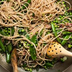 Спагетти из полбы с зелёным горошком и б