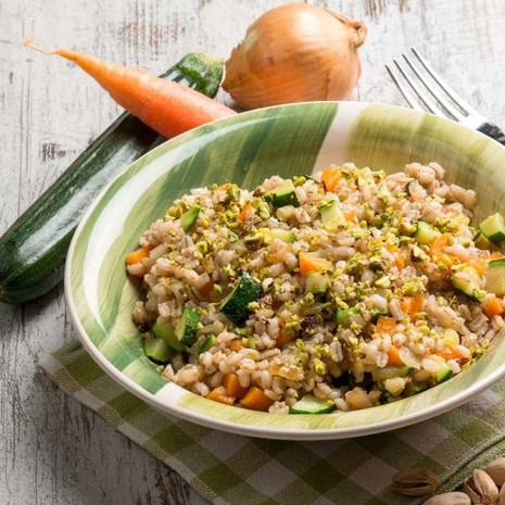 Салат из полбы с морковью, цуккини и фисташками