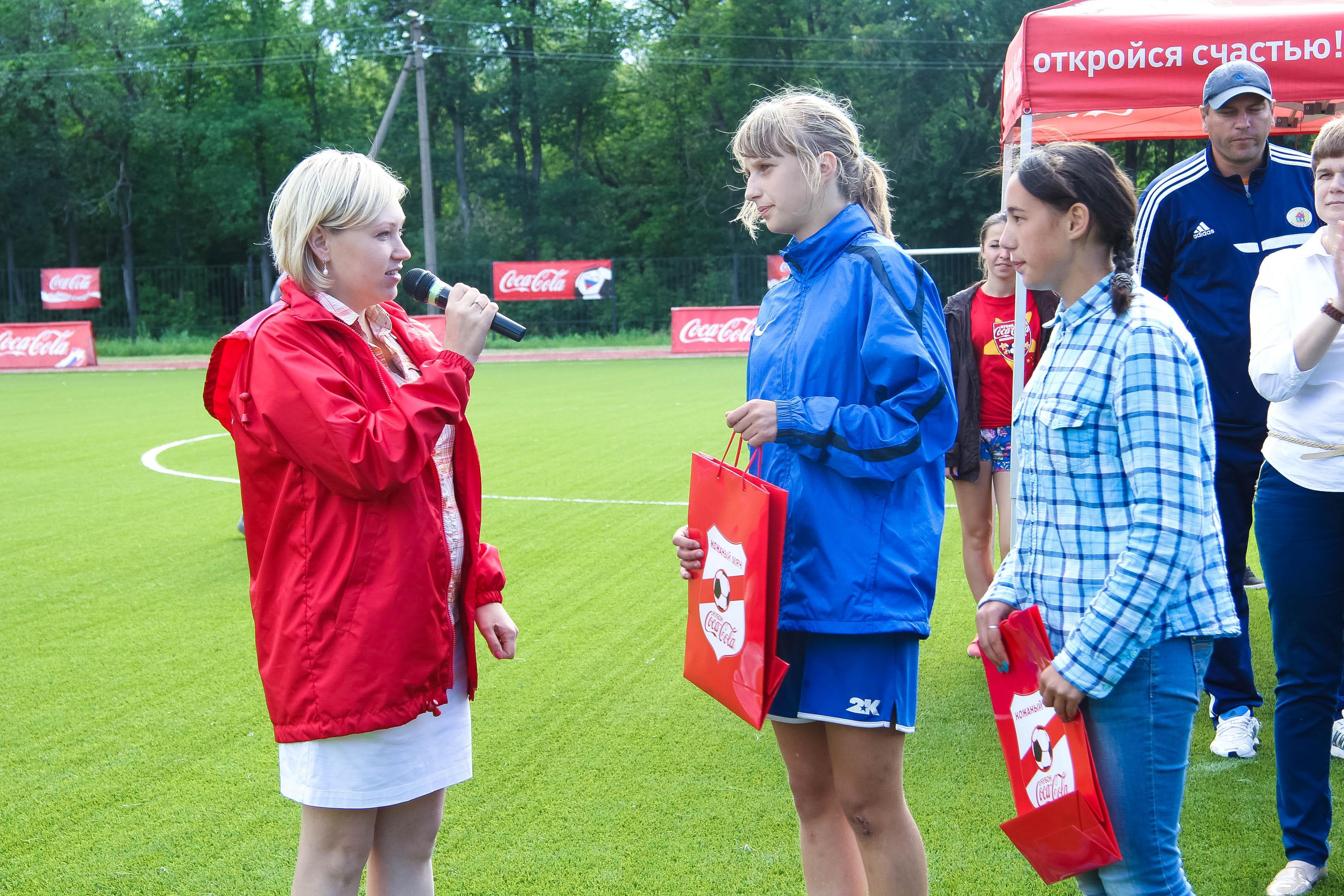 Награждение девушек-футболистов