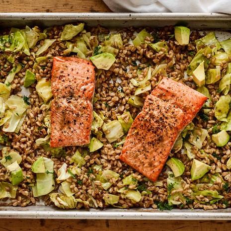 Запечённый лосось с капустой и полбой