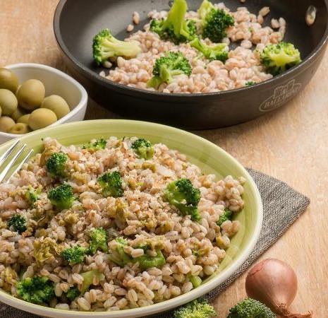 Полба с маслинами, миндалем и брокколи