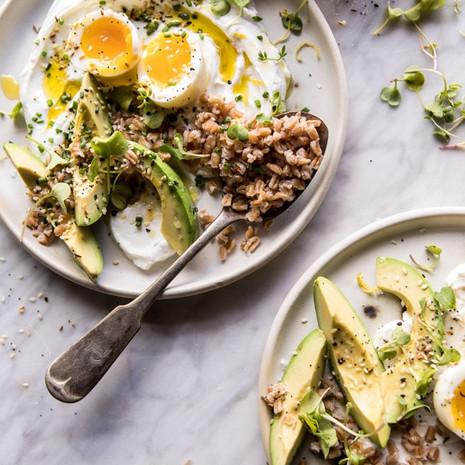Полба с авокадо и яйцами на завтрак