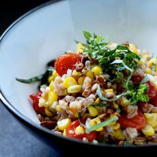 Сладкая кукуруза и карамелизованные томаты с полбой