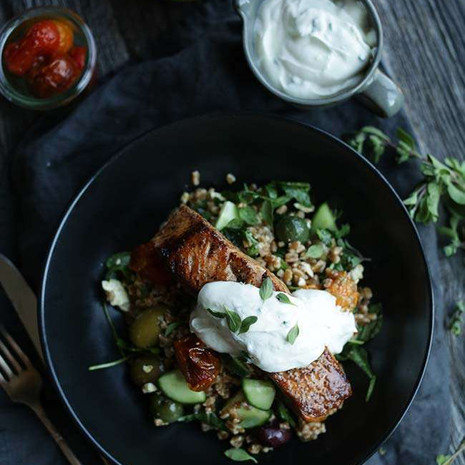Салат из помидоров с полбой и лосось с лимонным йогуртом