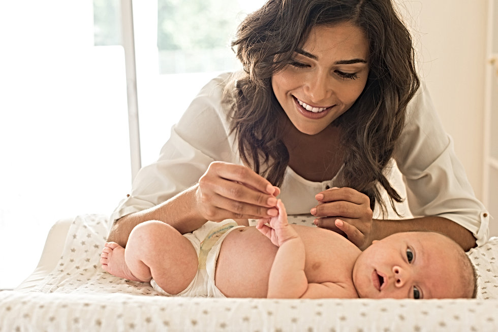 Madre sosteniendo la mano del bebé