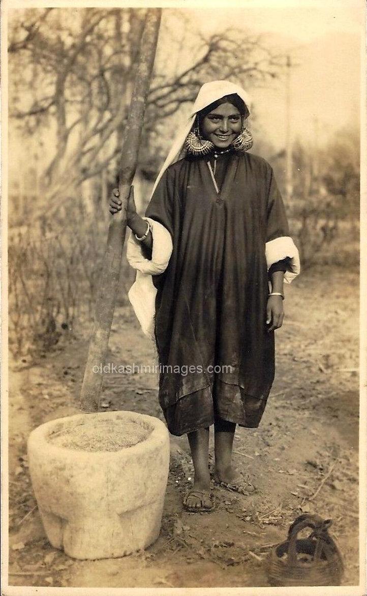 Husking Rice Kashmir vintage postcard.jp