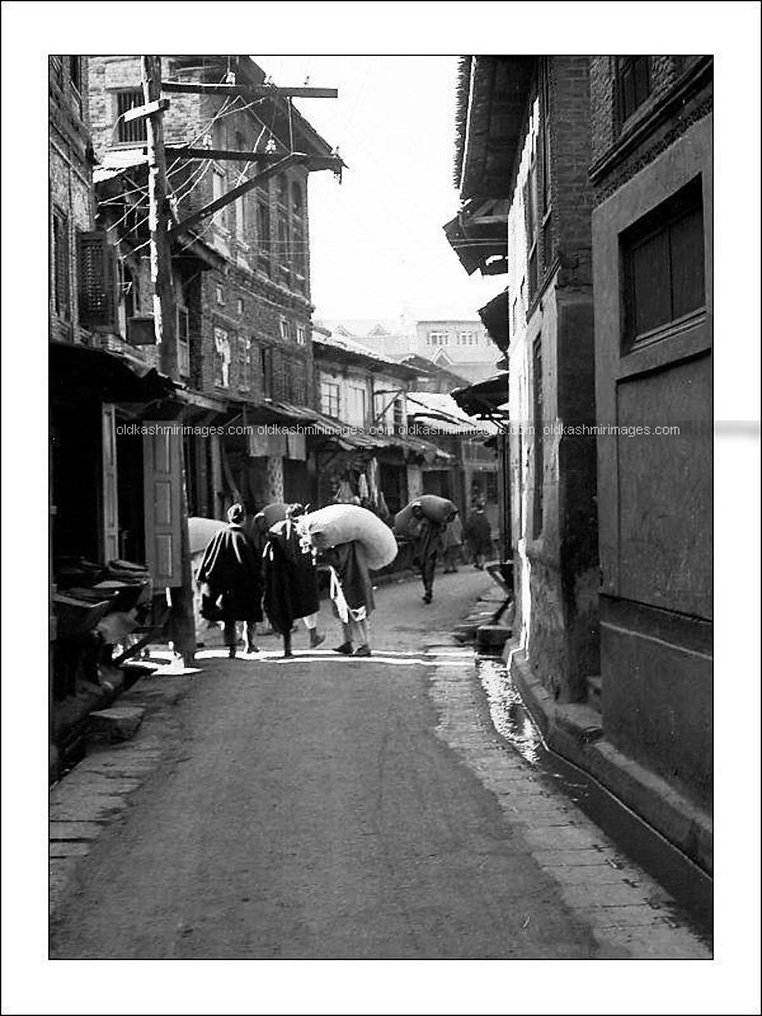 1970 The narrow roads of downtown Srinag