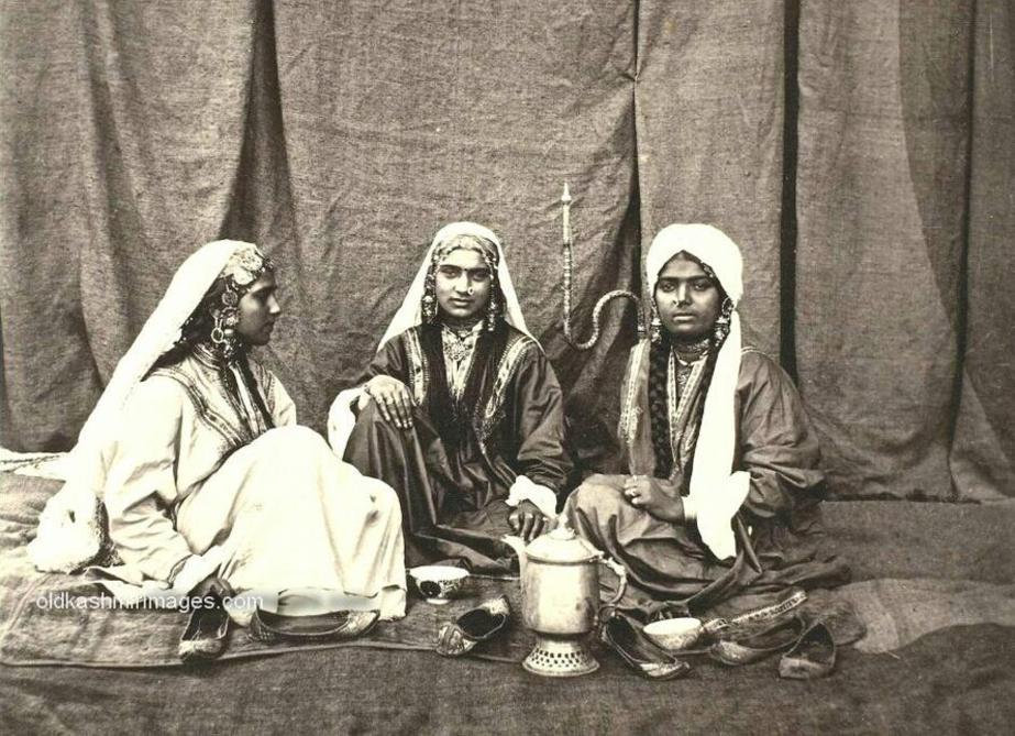 1864 Portrait of Kashmiri women.jpg