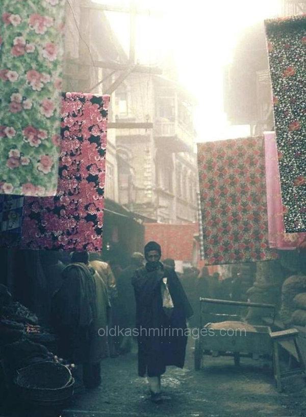 Market Scene Srinagar 1980.jpg
