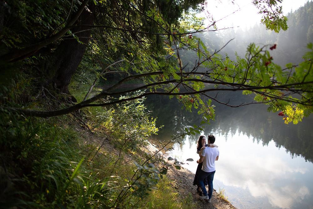 couple heureux communique au bord d'un lac