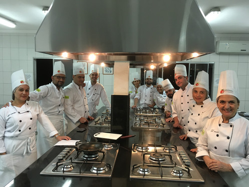 Alunos em aula na cozinha profissional (sala 2)