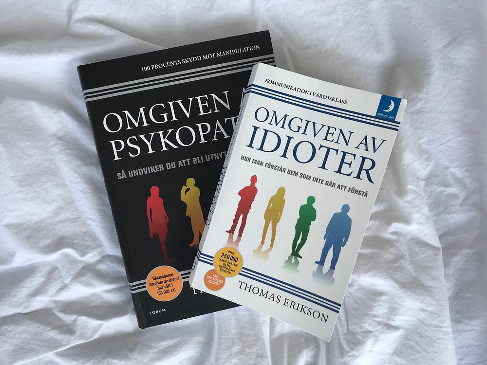 Böckerna Omgiven av idioter, och Omgiven av psykopater ligger ovanpå ett vitt lakan