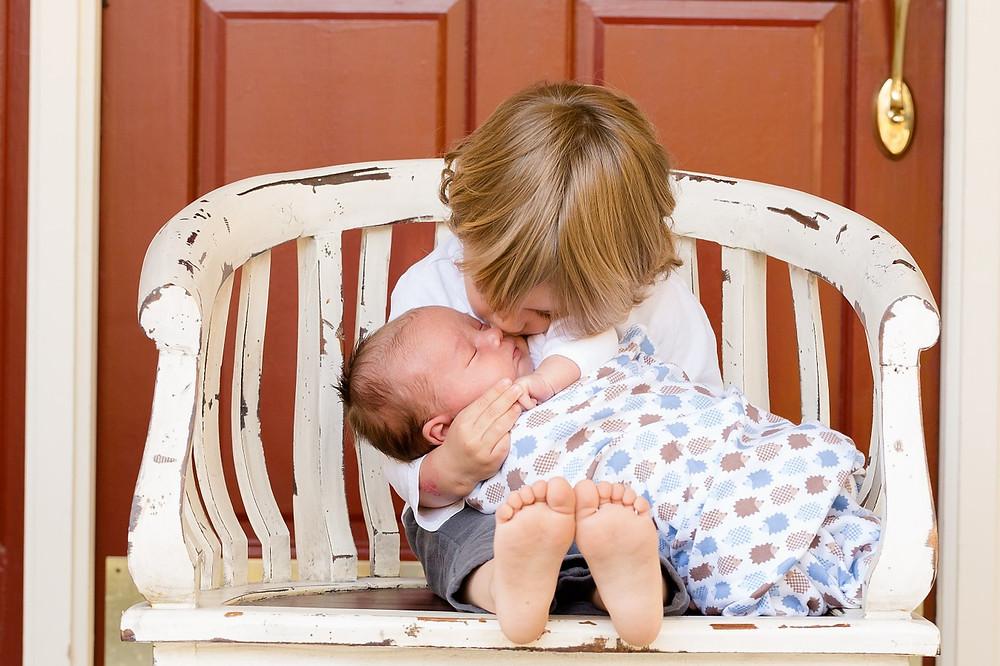 קינאה בין אחים, אחד חדש שנולד. הורות