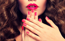 nails-red-lips-woman