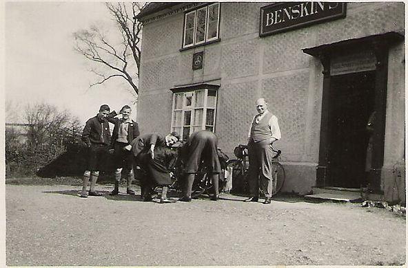 cycling party stop off at pub[21351].jpg