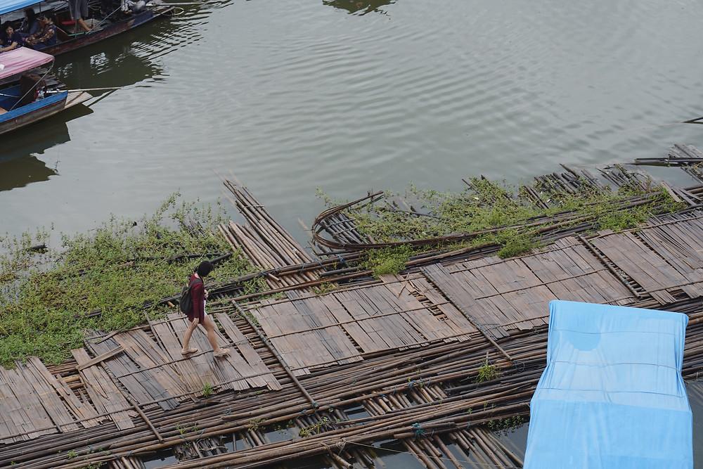 走在Mon Bridge 旁的浮桥上