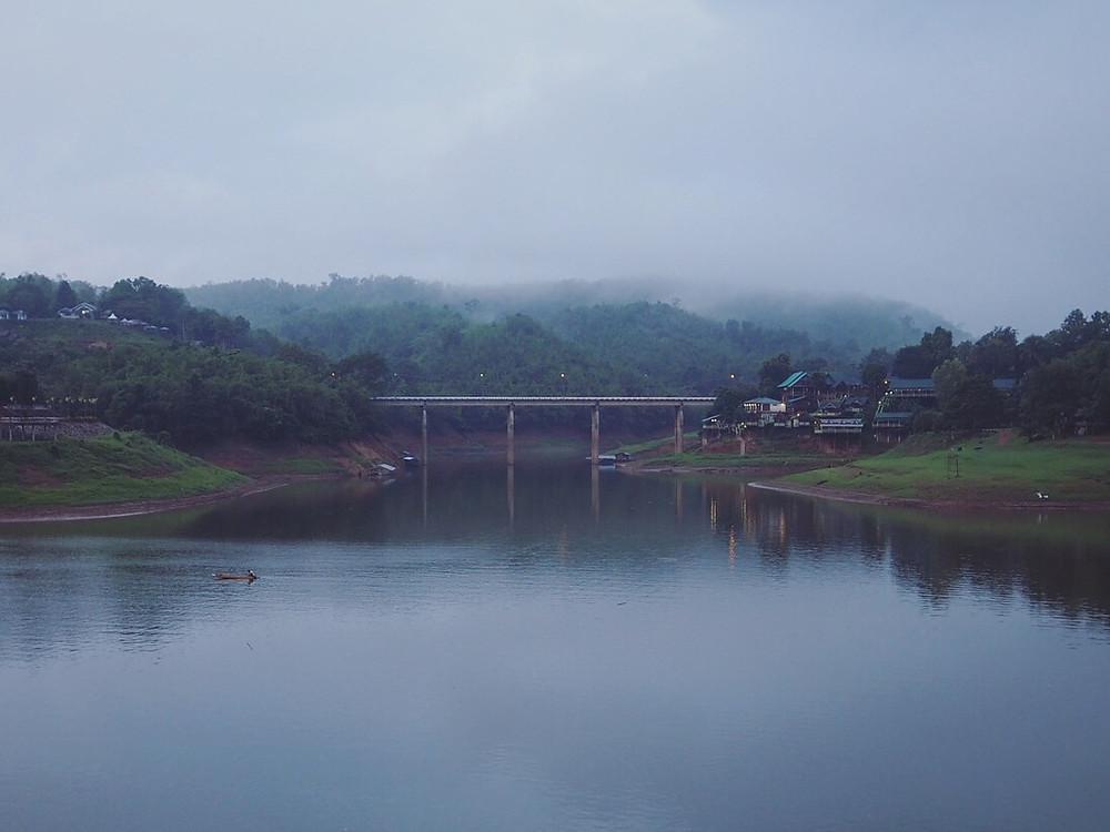 Mon Bridge 隔壁的钢骨水泥桥