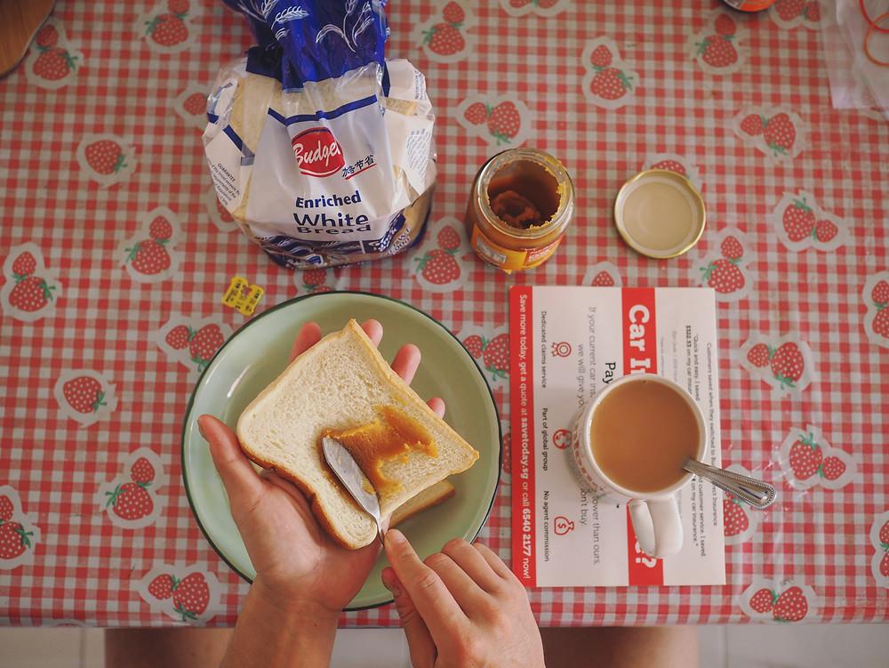 白面包配kaya 和奶茶。