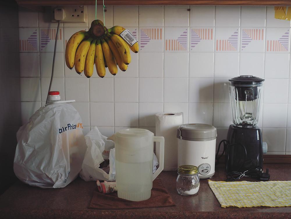 厨房的台面摆着厨房用具及一串香蕉。