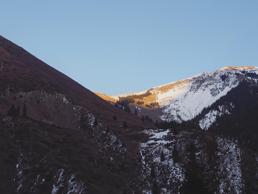 阳光渐渐消失在山头。