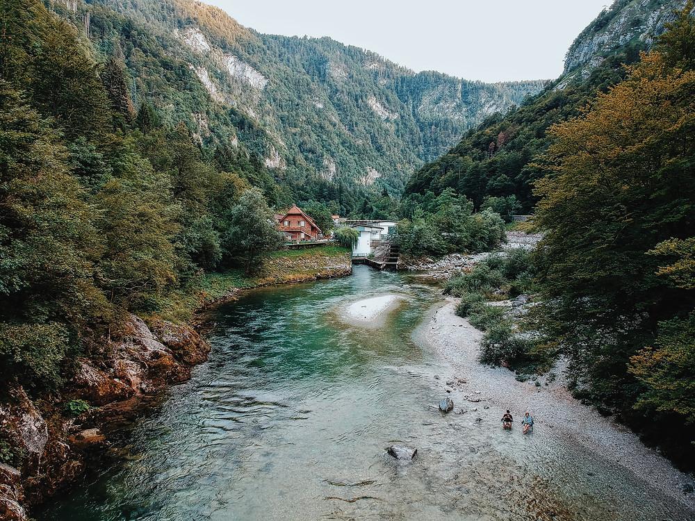 在Slovenia 意外发现的河边