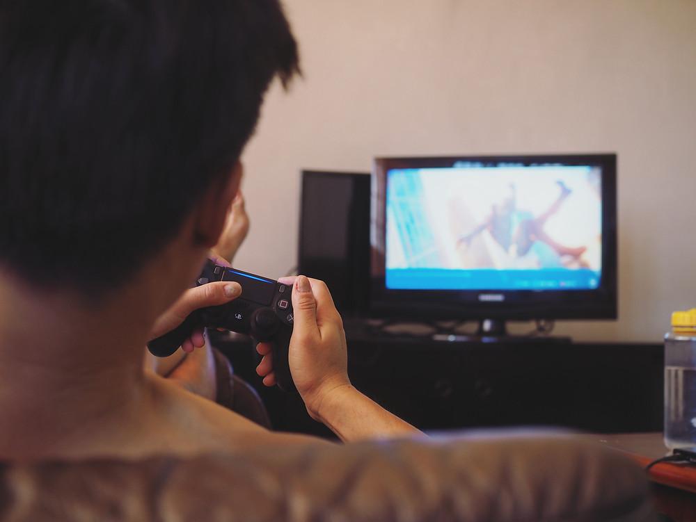四方脸在玩PS4。