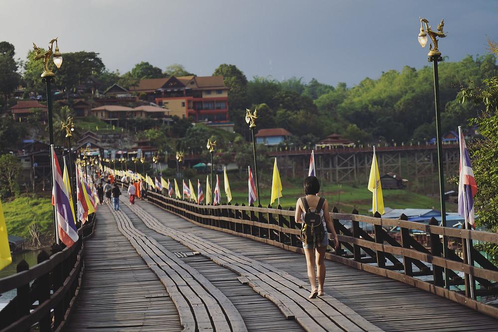 走在雨过天晴后的Mon Bridge