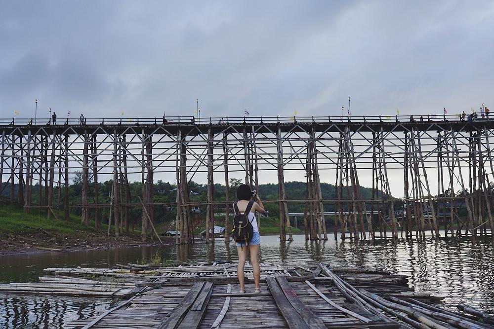 从木筏上往Mon Bridge 望去