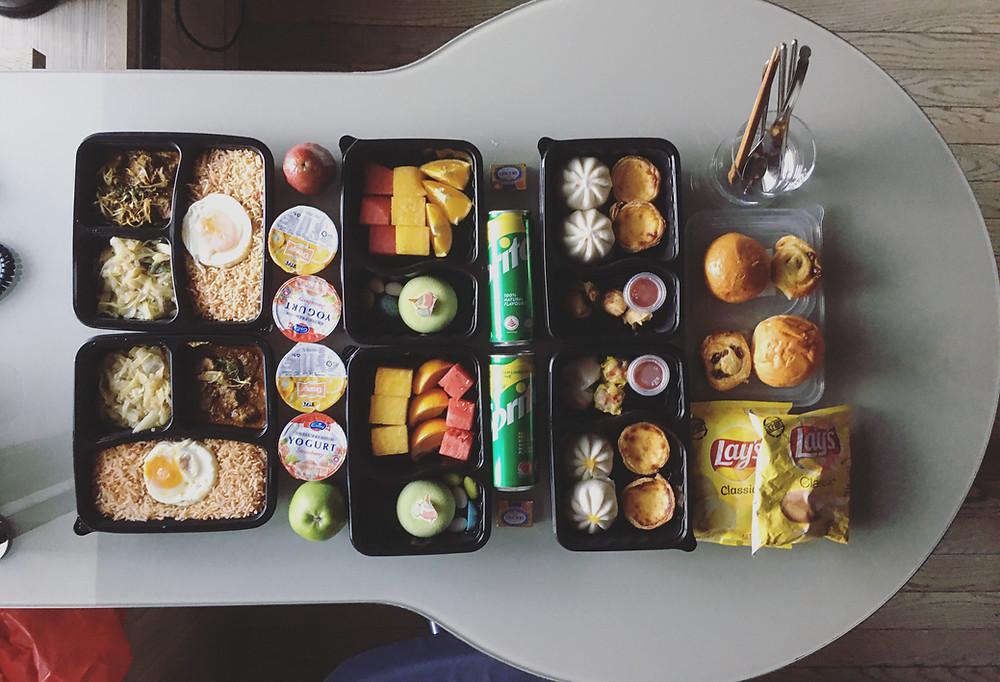 丰盛的早餐和午餐