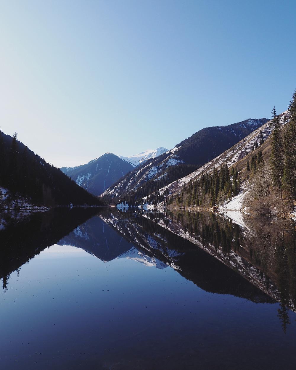Kolsai 第一湖平静得像一面镜子。
