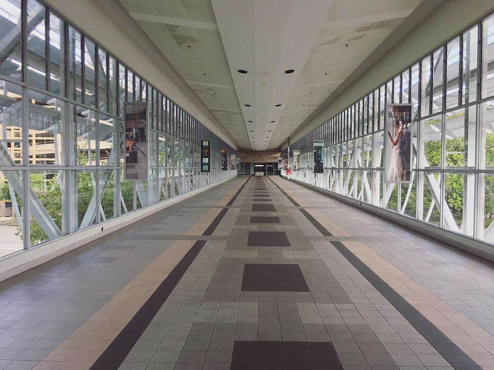 酒店通往机场的走廊