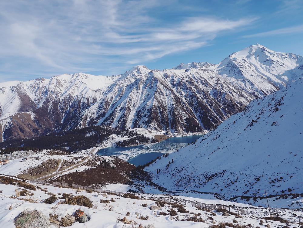 从山上望去Big Almaty Lake 变得好渺小。