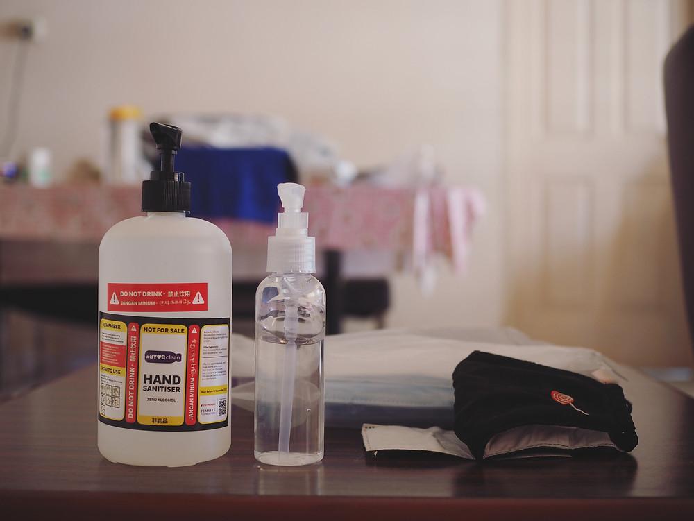 消毒洗手液、酒精和各种口罩。