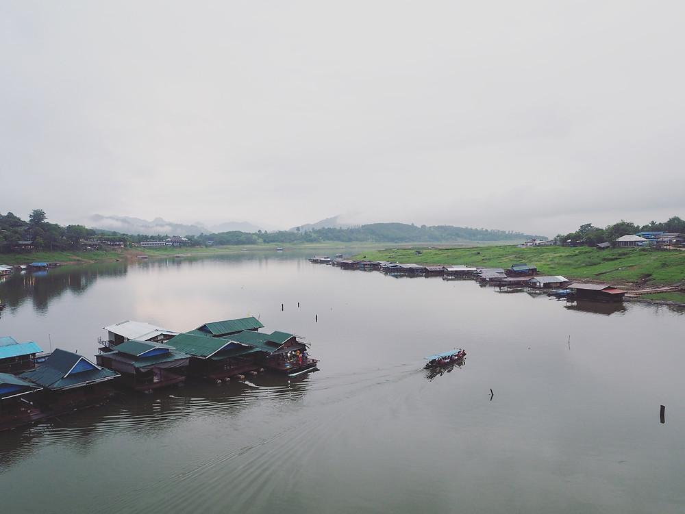 木制渡轮在平静的河上驶过