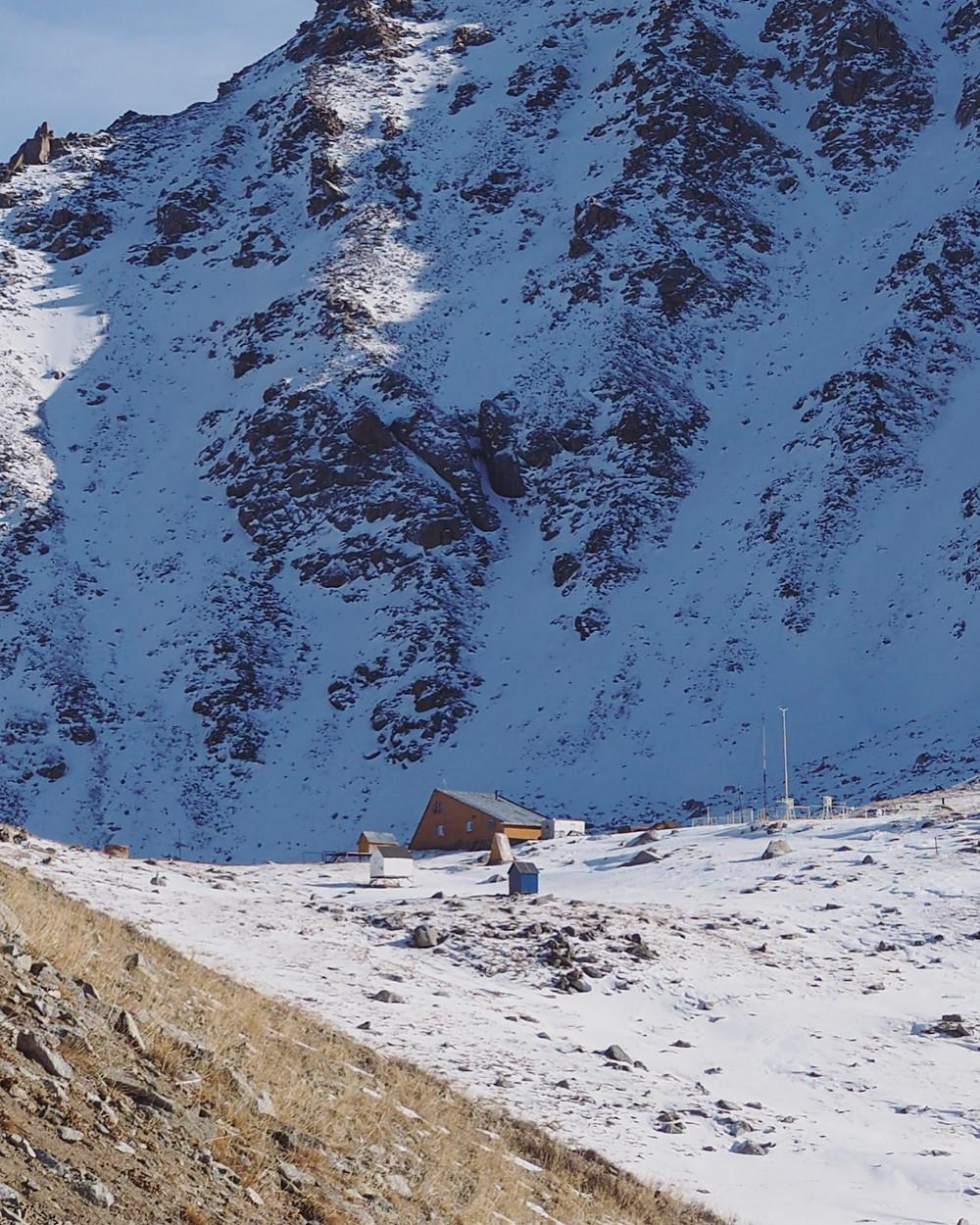 雪地里的小屋。