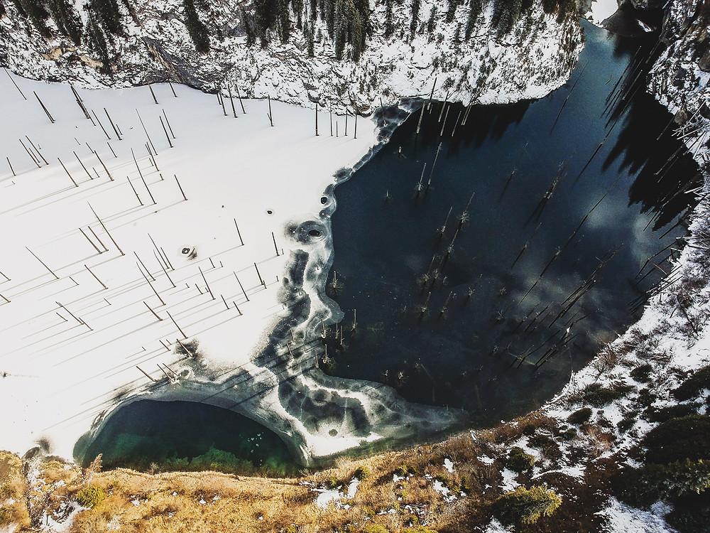 Kaindy 湖的鸟瞰图。