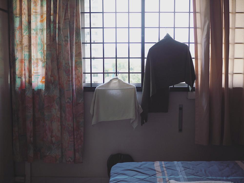 挂在窗边的两条毛巾。