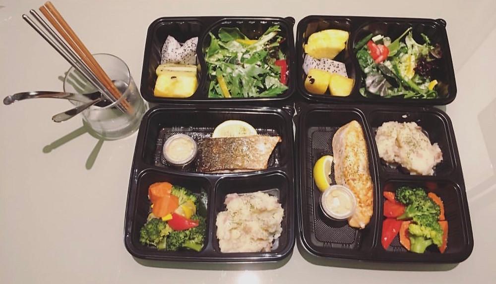稍微清淡一些的晚餐,只有主食加蔬菜沙拉及水果拼盘。
