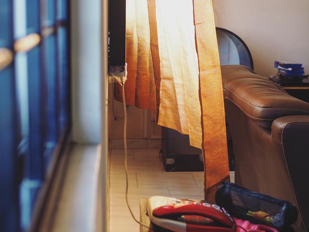 客厅的窗帘被风吹了起来。