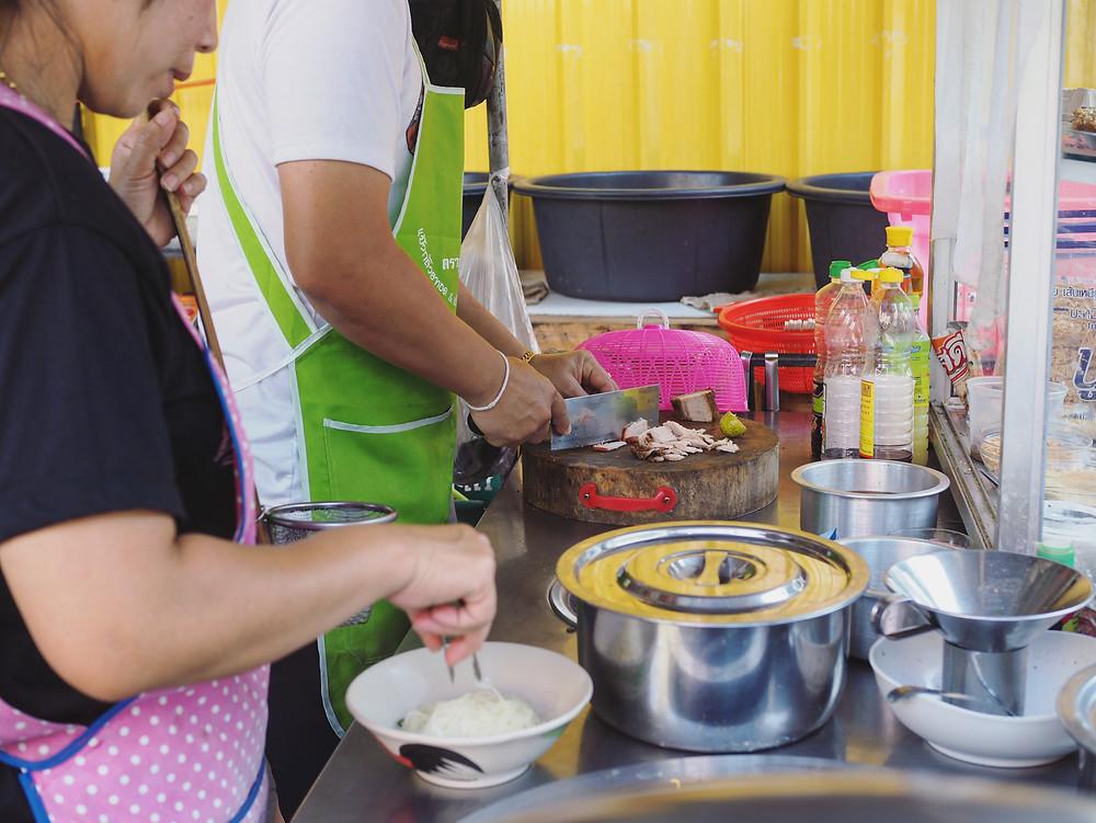 老板和老板娘在准备食材