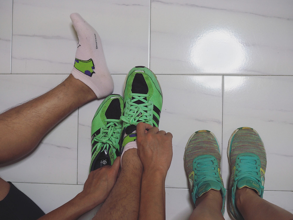 我和四方脸换上跑步鞋准备去跑步。