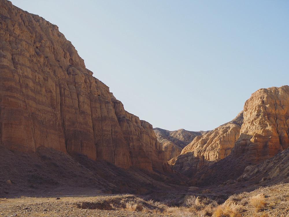 Charyn Canyon 的峡谷底部。