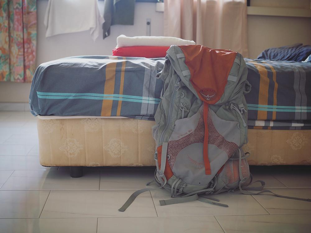 放在床边的旅行背包。