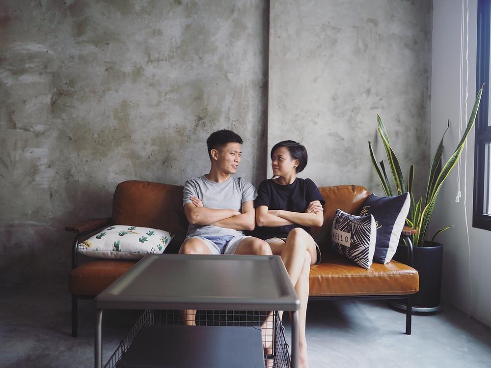 Kaiyi 和Tobby 在他们家客厅沙发