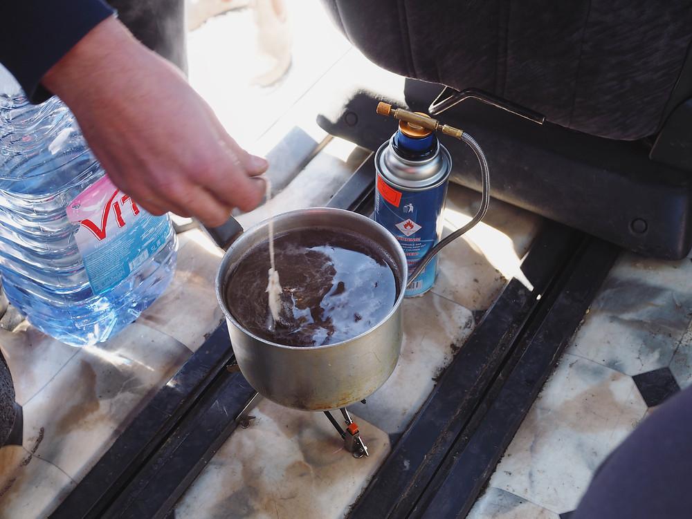 用燃烧器在煮水泡茶。