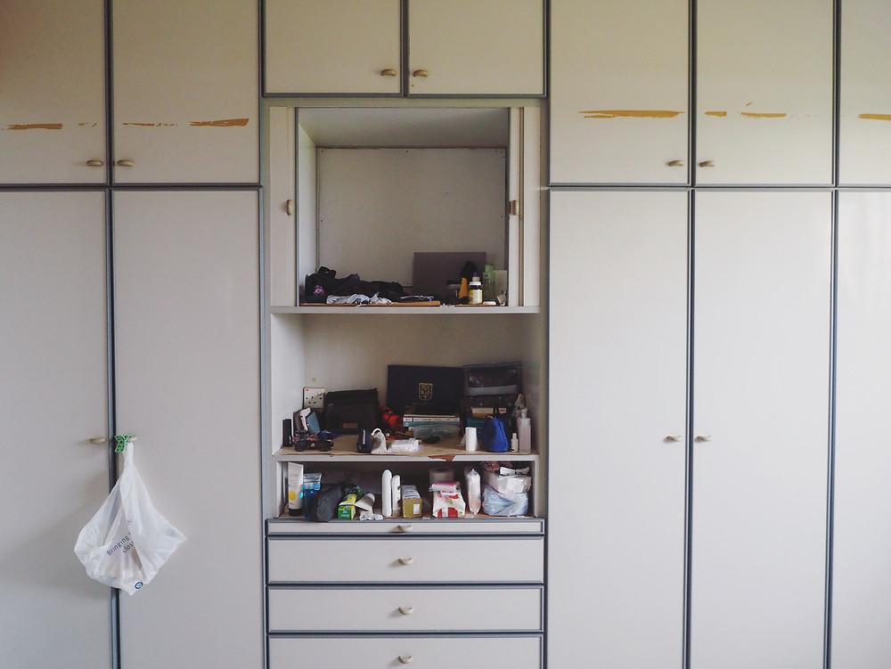 生活用品放在衣橱小小的柜子里。
