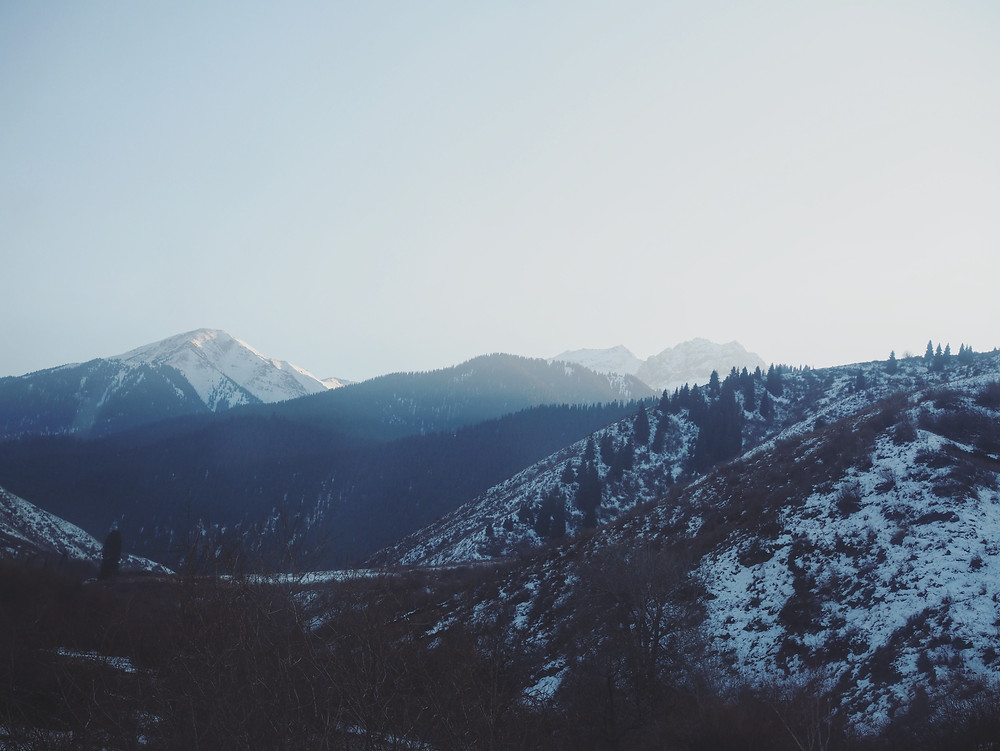 光线逐渐消失在山的另一边。