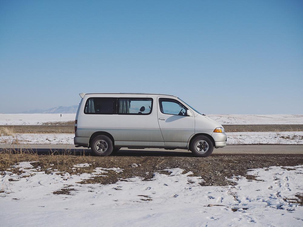 Sultan 的白货车和周围的白雪混成了一体。