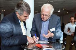 Peter Wright talking to Sergio Rinland