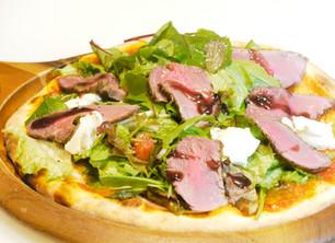 【新メニュー】ローストビーフのサラダピザ